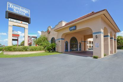 The Travelodge Suites East Gate Orange on Kissimmee's W192 corridor is in a prime location, right across the street from Magic Place.